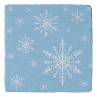 軽いヤグルマギクの青の冬の白い雪片 トリベット