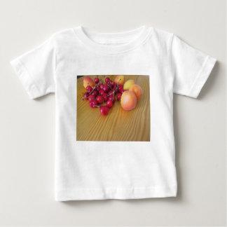 軽い木のテーブルの新しい夏のフルーツ ベビーTシャツ