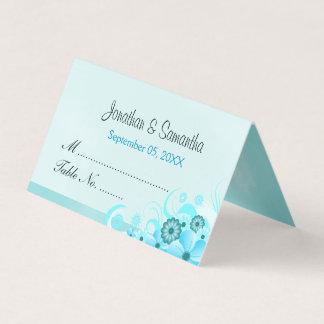 軽い水の青いハイビスカスの花柄によって折られるテーブル プレイスカード