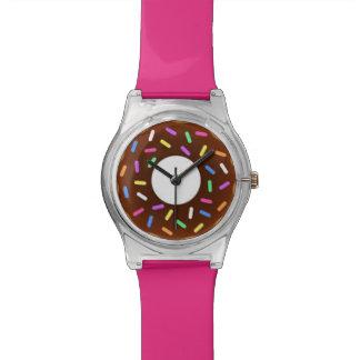 軽食の時間チョコレートはピンクドーナツ腕時計を振りかけます 腕時計