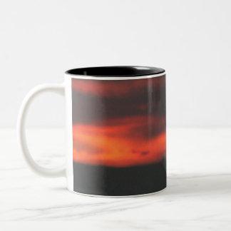 農場の平野は自然な日没を明らかにします ツートーンマグカップ
