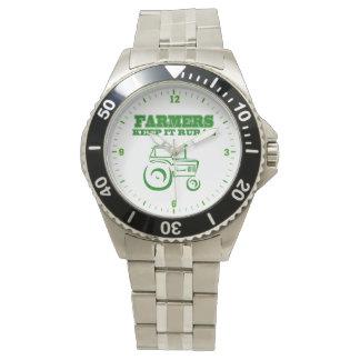 農家はそれを田園トラクターの腕時計保ちます 腕時計
