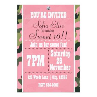 迷彩柄のカムフラージュ及びピンクの誕生日のパーティの招待状 カード