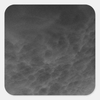 逆にされた雲の灰色の空Photomanipulation スクエアシール
