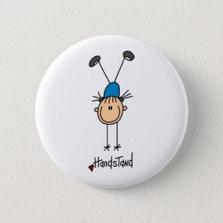 逆立ちボタンをしている棒の姿の女の子 缶バッジ