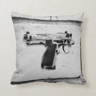 逆銃の枕のステンシル落書き クッション