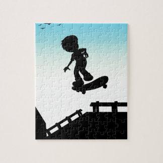 通りでスケートボードをしているシルエットの男の子 ジグソーパズル