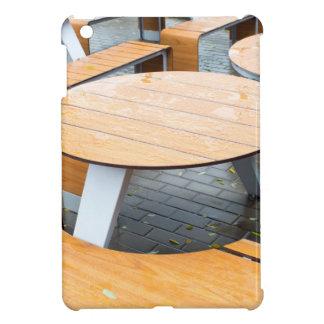 通りのぬれた円形の屋外のカフェのテーブル iPad MINI カバー
