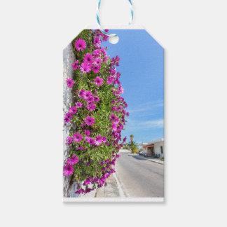 通りの近くの壁のぶら下がったなピンクのスペインのなデイジー ギフトタグ