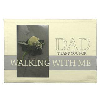 通路の下の歩くことへの私パパの感謝 ランチョンマット
