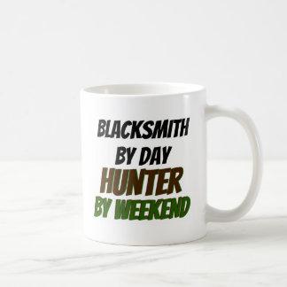 週末までに日のハンターによる鍛治屋 コーヒーマグカップ