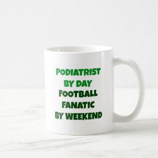 週末までに日のフットボールの熱狂者によるPodiatrist コーヒーマグカップ