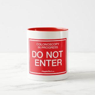進行中のColonoscopy: 入らないで下さい ツートーンマグカップ