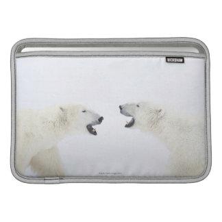 遊ぶことの後に雪に立っている白くま MacBook スリーブ