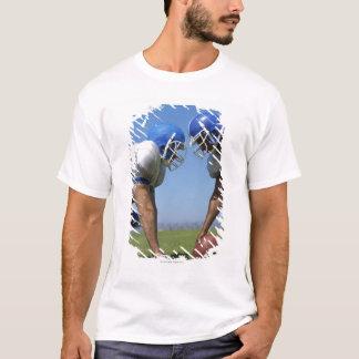 遊んでいる2人のフットボール選手の側面のプロフィール Tシャツ
