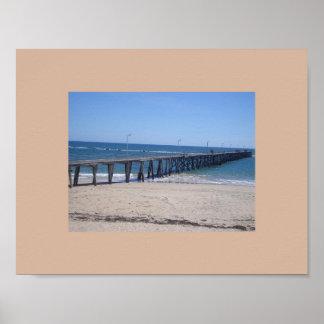 遊歩道が付いているアデレード、南オーストラリアのビーチ ポスター