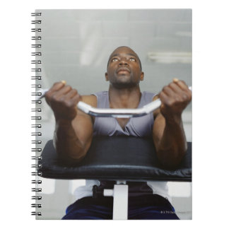 運動している中間の大人の人の低い角度意見 ノートブック