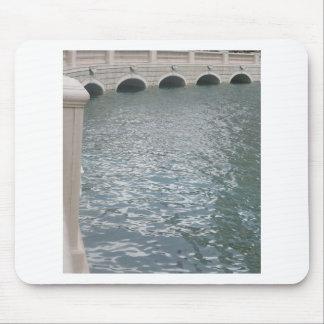 運河のまわりのレプリカのヴィンテージのヨーロッパの建物 マウスパッド