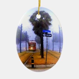 運河の市街電車の霧深い朝の幸せな休日 セラミックオーナメント