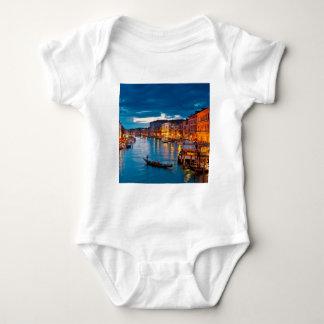 運河水カラフルなベニスイタリアにボート ベビーボディスーツ