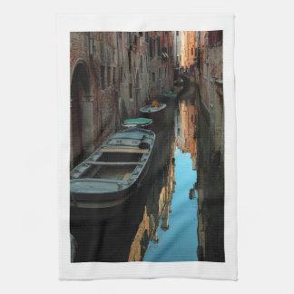 運河水ベニスイタリアの建物のボート キッチンタオル