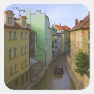 運河、チェコ語プラハが付いている歴史的建物 正方形シールステッカー