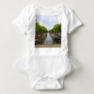 運河、橋、バイク、ボート、アムステルダム、オランダ ベビーボディスーツ
