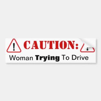 運転することを試みている女性! バンパーステッカー