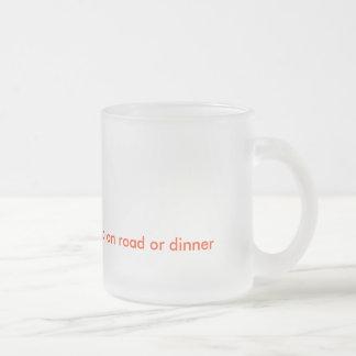 道か夕食で行くZazzleのコップ フロストグラスマグカップ