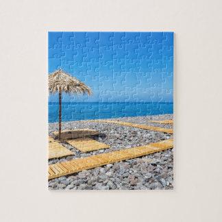 道が付いているビーチパラソルおよび海岸の石 ジグソーパズル