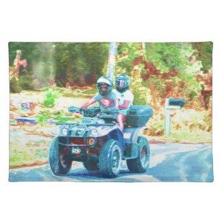 道でATVにすべての地勢車乗っている子供 ランチョンマット