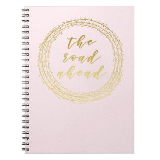 道の前方に-金ゴールドの原稿のタイポグラフィのノート ノートブック