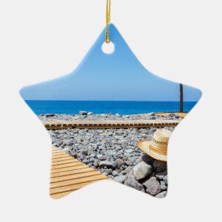 道の海の帽子パラソルが付いているポルトガルの石のビーチ セラミックオーナメント