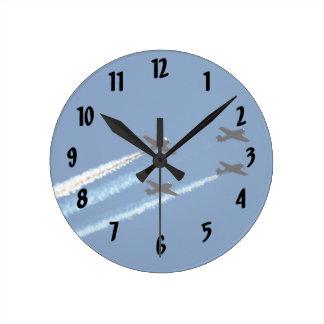 道の青空が付いている4つの飛んでいるな飛行機 ラウンド壁時計