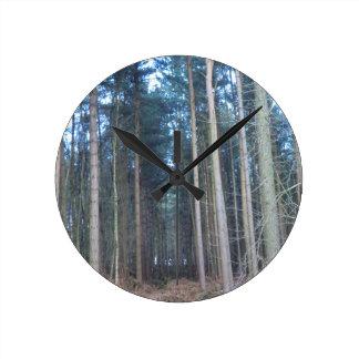 道はDelamereの森林をより少なく移動しました ラウンド壁時計