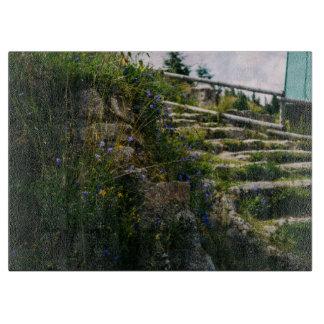 道をハイキングするAの高山の野生花 カッティングボード