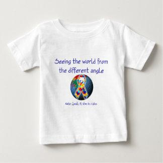 違うな角度からの世界を見る自閉症 ベビーTシャツ