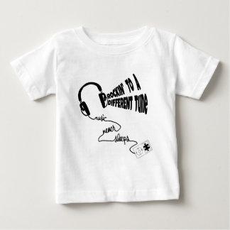違うな調子へのRockin -音楽は決して眠りません ベビーTシャツ