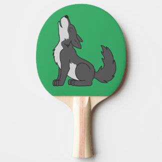 遠ぼえしているオオカミの子犬 卓球ラケット