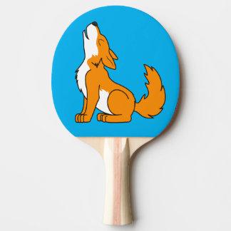 遠ぼえしているオレンジオオカミ子犬 卓球ラケット