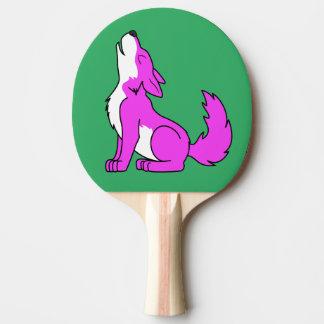 遠ぼえしているピンクのオオカミ子犬 卓球ラケット