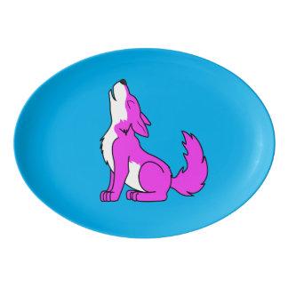 遠ぼえしているピンクのオオカミ子犬 磁器大皿