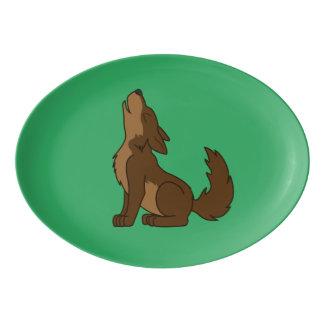 遠ぼえしているブラウンのオオカミ子犬 磁器大皿