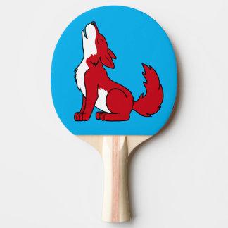 遠ぼえしている明るいアメリカアカオオカミの子犬 卓球ラケット
