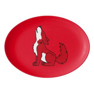 遠ぼえしている明るいアメリカアカオオカミの子犬 磁器大皿