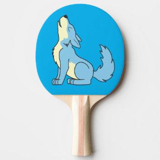 遠ぼえしている淡いブルーのオオカミ子犬 卓球ラケット