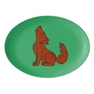 遠ぼえしている無地のなアメリカアカオオカミの子犬 磁器大皿