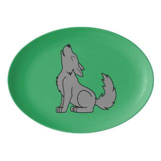 遠ぼえしている無地のなオオカミの子犬 磁器大皿