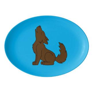 遠ぼえしている無地のなブラウンのオオカミ子犬 磁器大皿