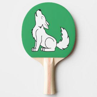遠ぼえしている白いオオカミ子犬 卓球ラケット